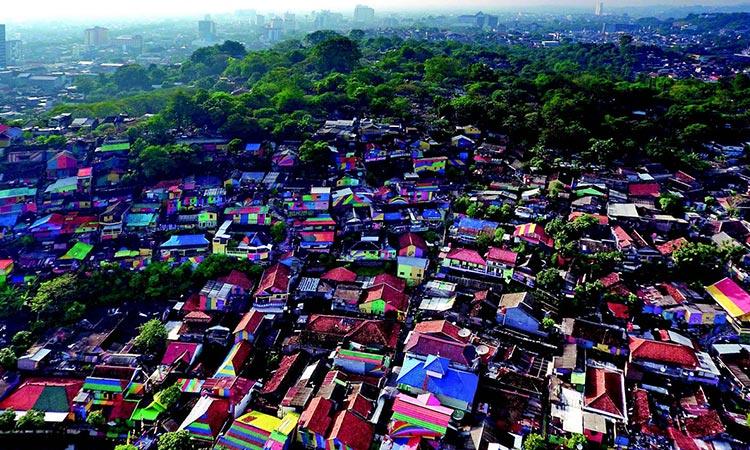 Selo u duginim bojama